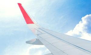 蓝天白云与飞机的机翼摄影高清图片