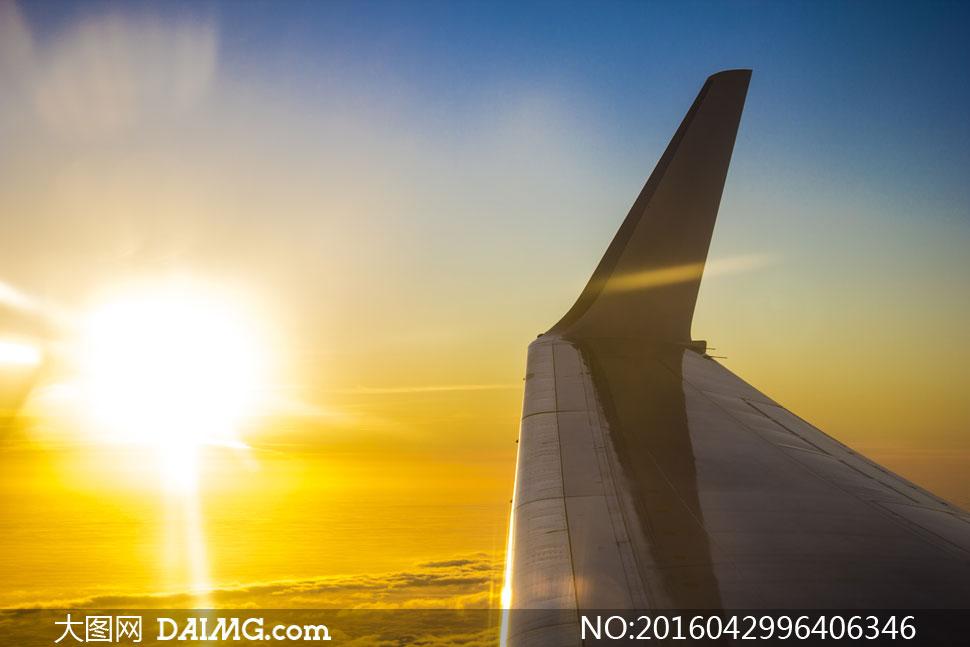 飞机机翼与耀眼的阳光摄影高清图片