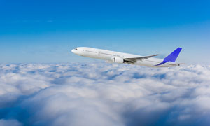 飞行在云端之上的飞机摄影高清图片