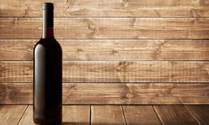 葡萄酒酒瓶与木板墙等摄影高清图片