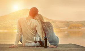 湖边依偎在一起的情侣摄影高清图片