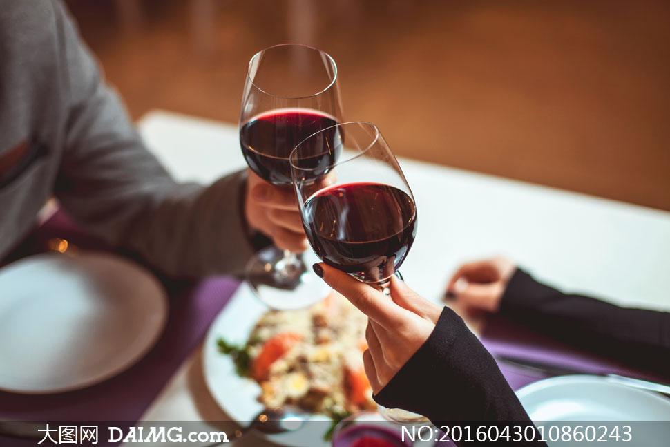 在举红酒杯庆祝的场景摄影高清图片 - 大图网设计素材图片