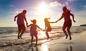 在海边与父母在玩耍的儿童高清图片