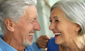 滿頭銀發幸福老年夫婦攝影高清圖片