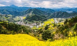山间美丽村庄俯瞰图摄影图片