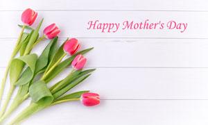 放在木板上的母亲节郁金香鲜花图片