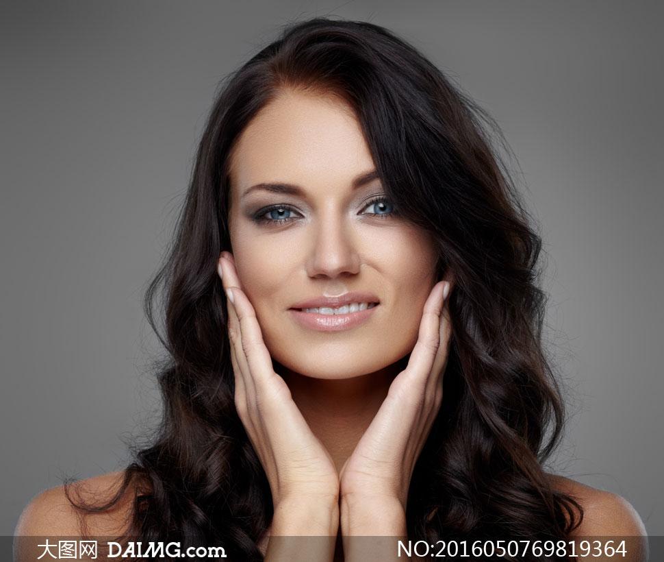 富有着双颊的高清图片提示美女黑发摄影生动语情趣的抚摸图片