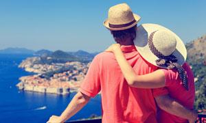 依偎在一起欣赏美景的情侣高清图片