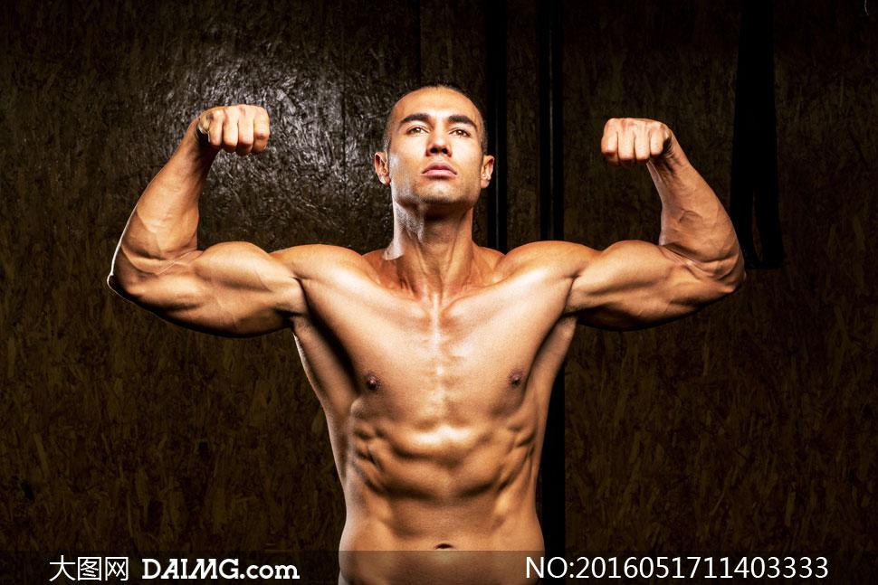 展示上半身肌肉的男人摄影高清图片