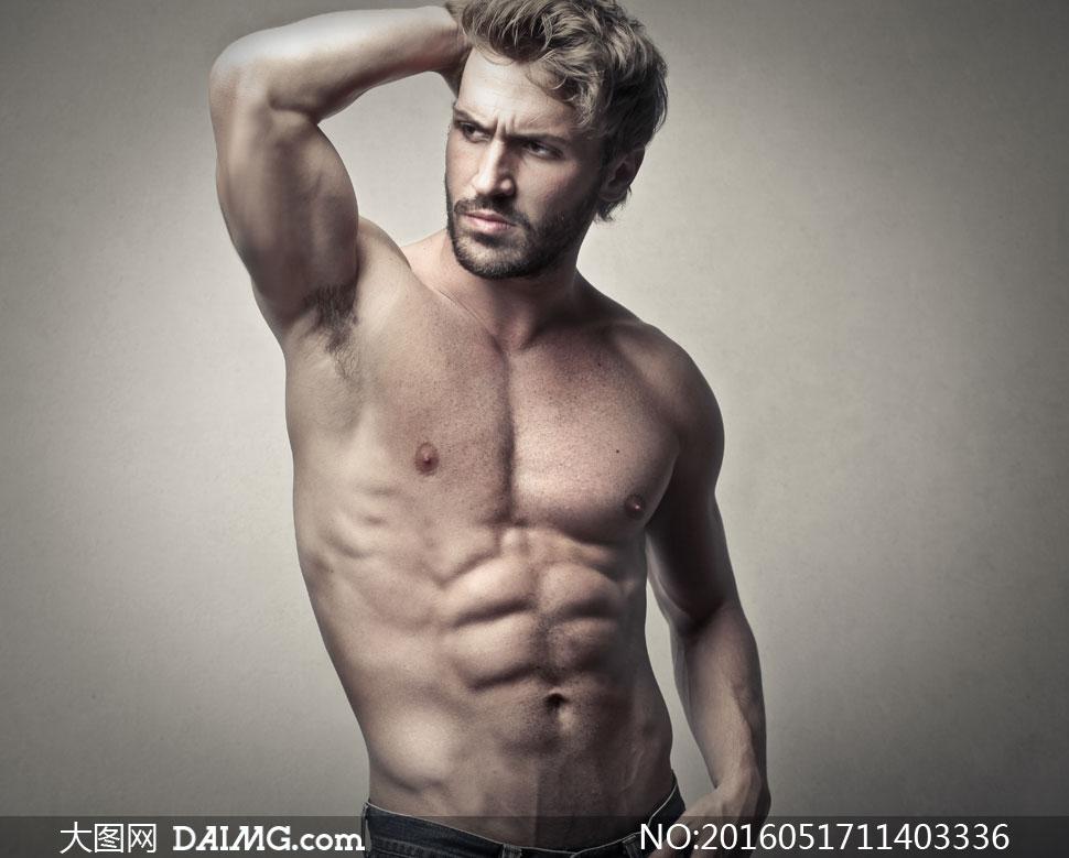 裸露着上半身的肌肉男摄影高清图片