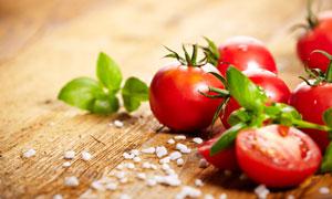 木板上红彤彤的西红柿微距摄影图片