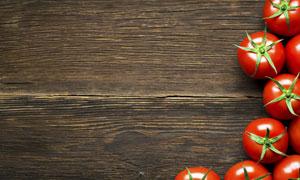 深色木板上的番茄特写摄影高清图片