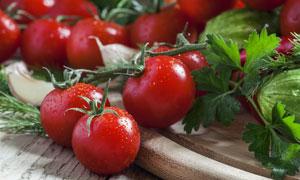 绿叶菜与挂着水珠的西红柿高清图片