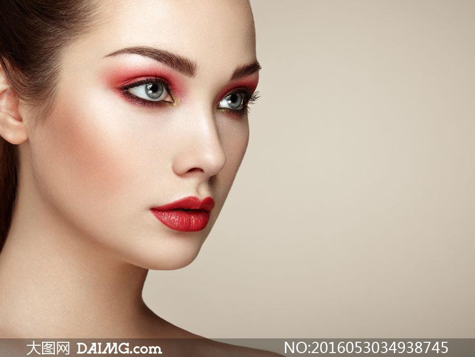 美女图片红色唇妆高清v美女红色美女平板鞋眼影图片