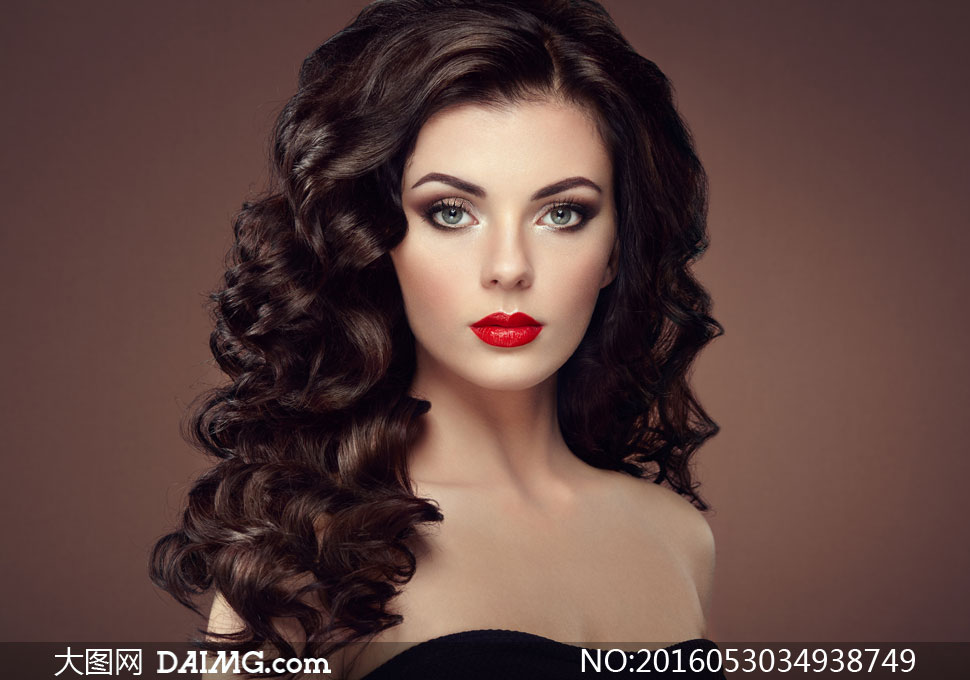浓密披肩卷发红唇美女摄影高清图片
