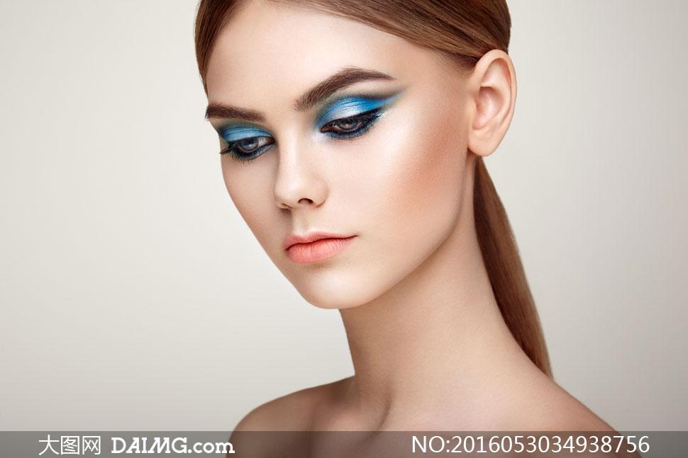人物写真 > 素材信息          眼妆美女人物正面特写摄影高清图片