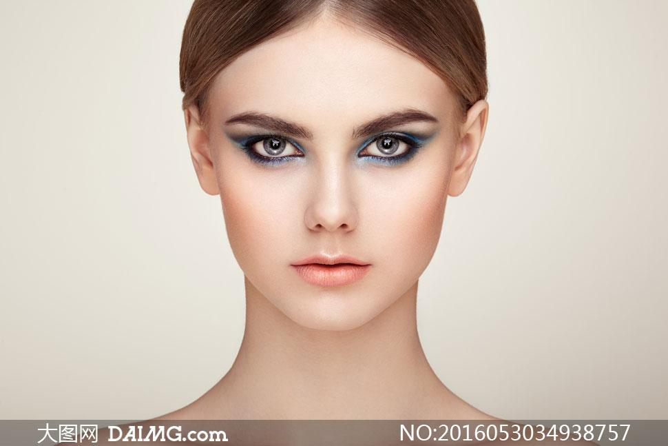 眼妆美女人物正面特写摄影高清图片