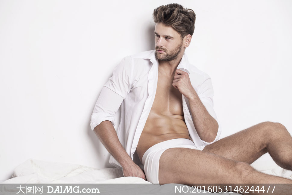 内裤产品展示模特人物摄影高清图片         躺着的肌肉男人