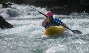 激流勇进的单人皮划艇项目摄影高清图片