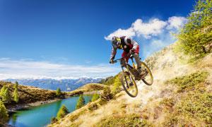 高处俯冲下来的骑行者摄影高清图片