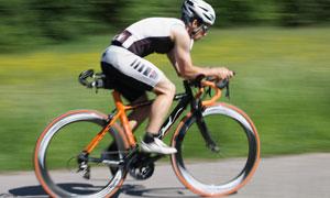 全副武装的骑行者人物摄影高清图片