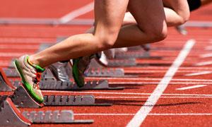 跑道上的短跑运动人物摄影高清图片