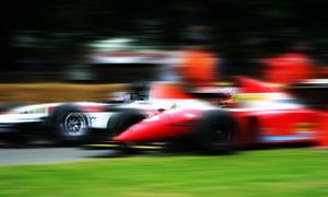 在参加比赛的赛车高速摄影高清图片