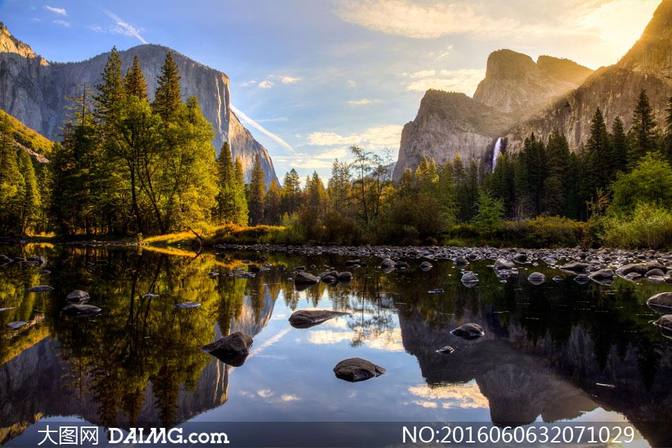 高山树木与乱石滩风光摄影高清图片