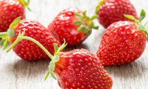 刚采摘下来的几枚草莓摄影高清图片