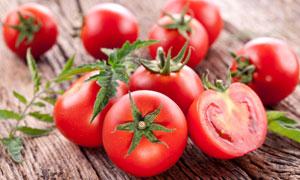 完整的与切开的西红柿特写高清图片