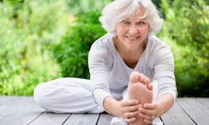 在做著瑜伽運動的銀發老人高清圖片