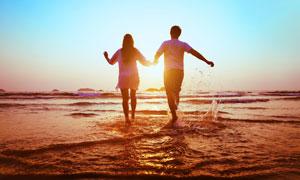 一起手拉手嬉戏的情侣男女高清图片