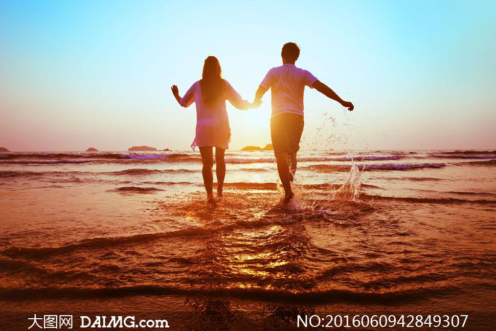 海滩海面水面逆光阳光光线手拉手手牵手背影天边天空