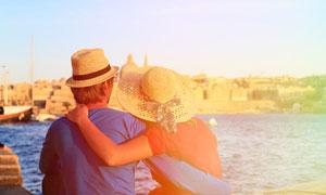 戴着遮阳帽的情侣男女摄影高清图片