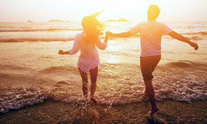 手牵手嬉戏的情侣人物摄影高清图片