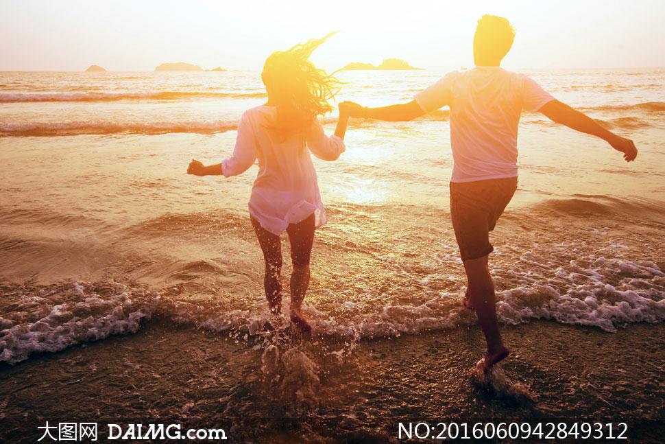 词: 高清大图图片素材摄影人物男女逆光阳光耀眼大海海面海水水面海边