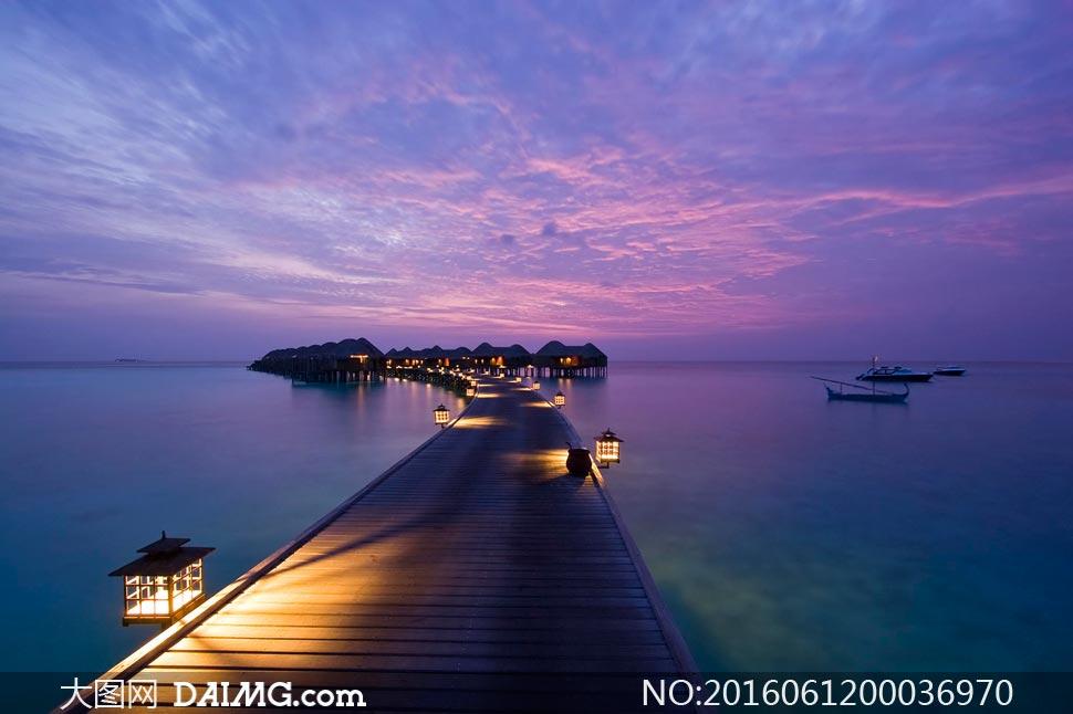 海边木桥和码头夜色美景摄影图片