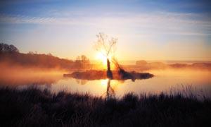夕阳下的美丽湖泊美景摄影图片