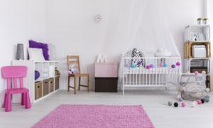 房间里的婴儿车与椅子摄影高清图片