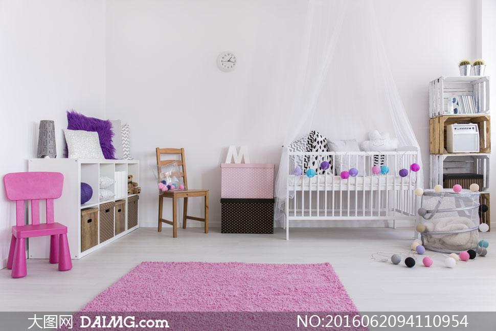 儿童房婴儿床床幔蚊帐椅子柜子置物架收纳箱地毯粉红色木地板枕头时钟