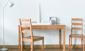 书房里的桌子椅子与落地灯高清图片