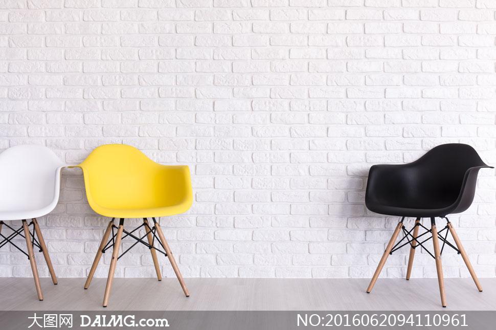 靠墙摆放着的三张椅子摄影高清图片