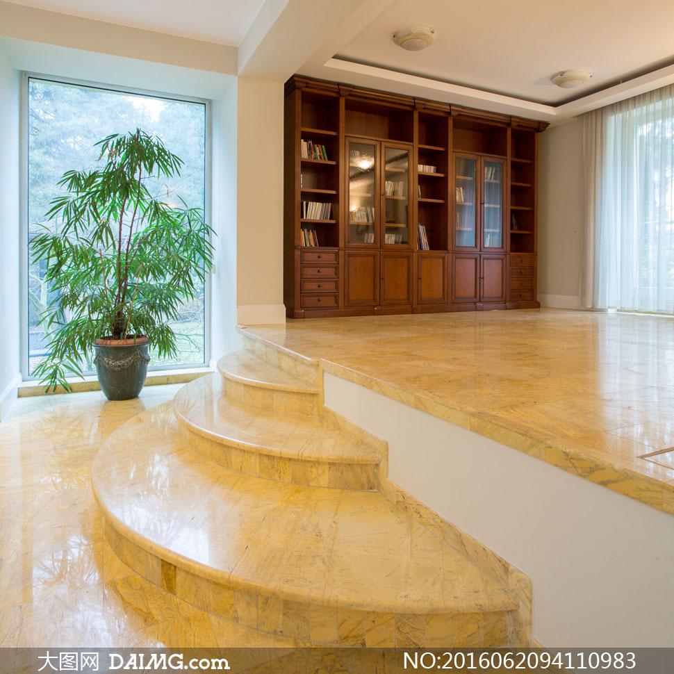 室内绿色植物与书架等摄影高清图片