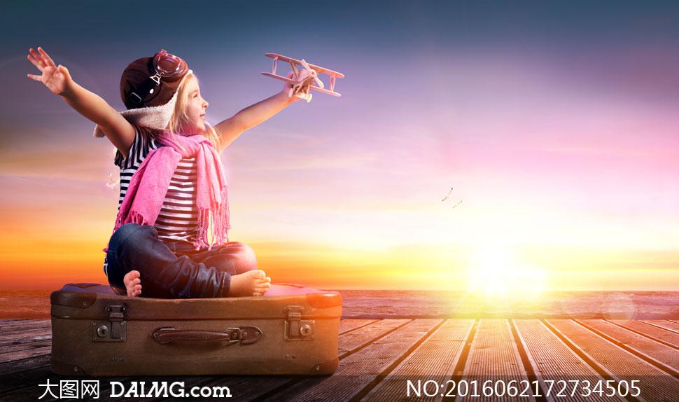 飞机张开双臂行李箱皮鞋阳光逆光耀眼天空瑰丽云彩