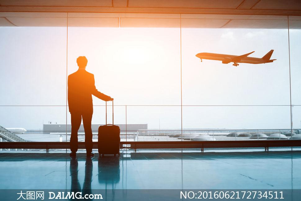 飞机机场背影背后剪影行李箱拉杆箱阳光逆光