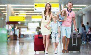 开开心心旅游度假的一家人高清图片