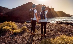 手牵着手看风景的情侣摄影高清图片