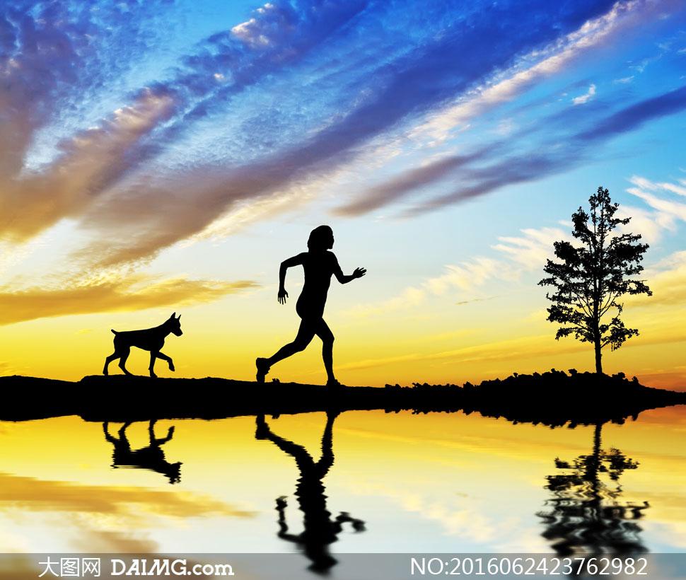 带狗狗一起跑步的人物剪影高清图片