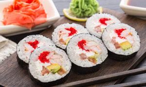 菜板上的美味寿司料理摄影高清图片