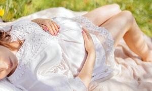 躺在草地上的孕妇人物摄影高清图片